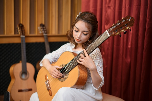 Baden Jazz Suite (Simplicitas) - Jiri Jirmal played by Dang Thuy Linh on a Swallow Guitars C610
